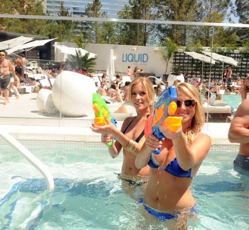 Liquid-Pool-Lounge-01
