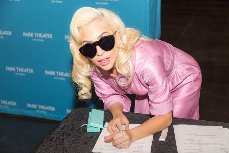 Lady-Gaga-signs-the-contract-finalizing-her-two-year-engagement-at-Park-MGM-beginning-in-December-2018.-Credit_-Alex-Dolan