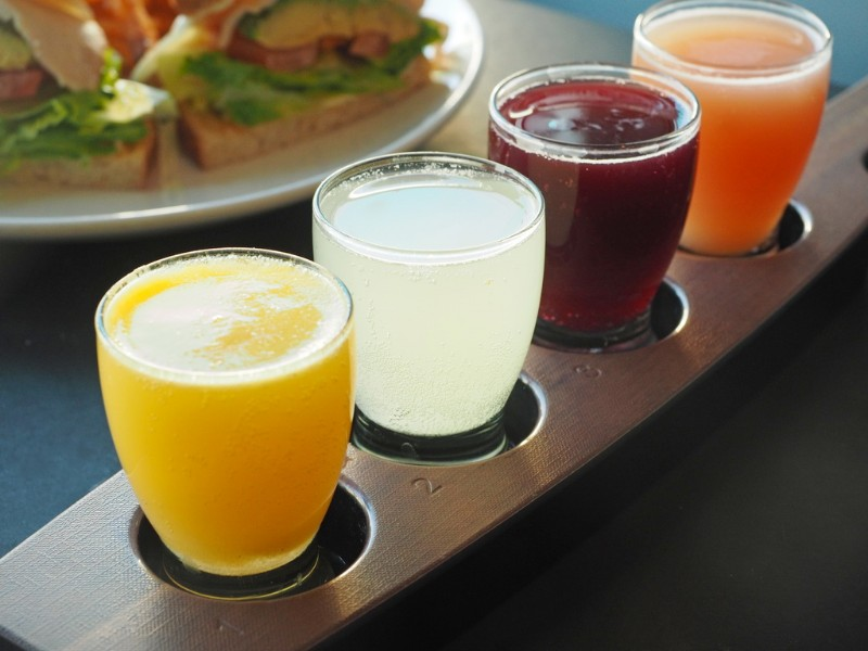Mimosa-Flight-at-The-Broken-Yolk-Cafe