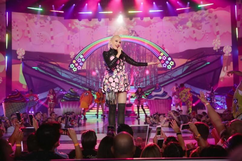 Gwen-Stefani-–-Just-A-Girl-7