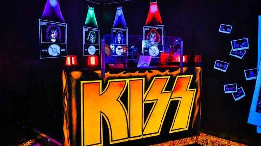Kiss-By-Monster-Mini-Golf-Live-DJ